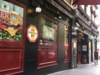 スポーツ観戦とMusic Liveも楽しめるエキシビションストリートのBritish Bar 「The Elephant & Wheelbarrow」